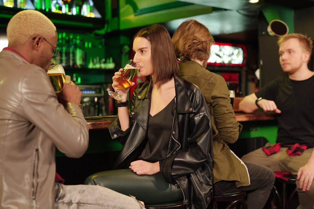 gente bebiendo en un bar
