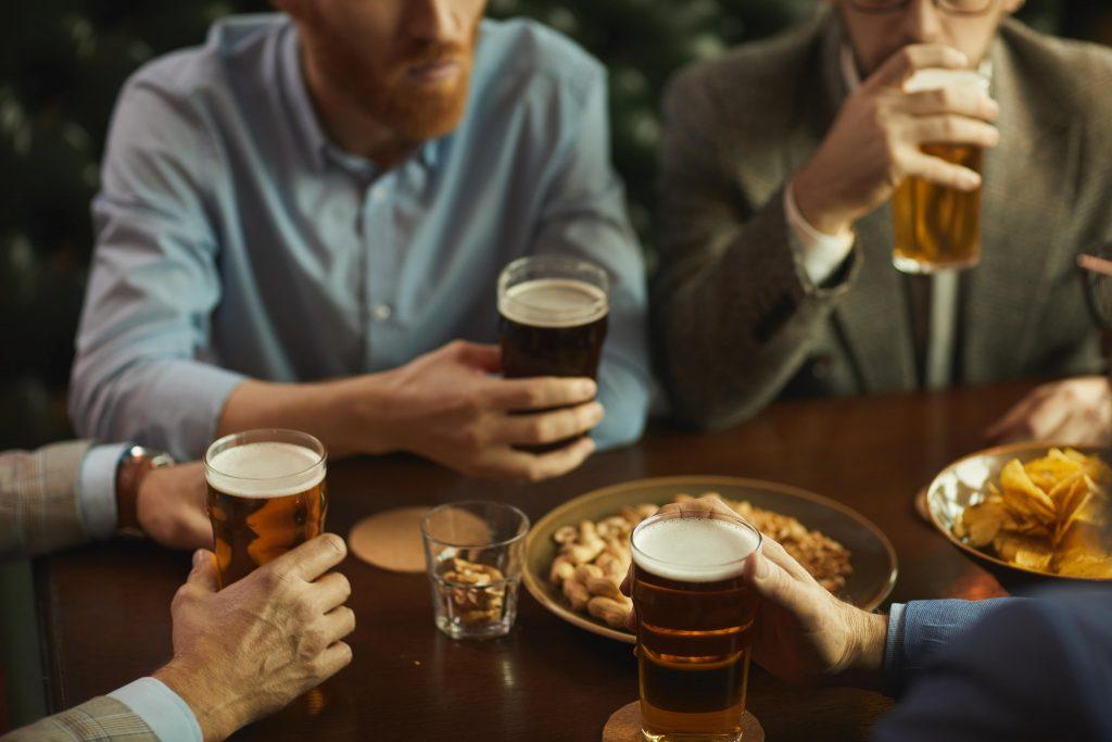 sentados en un pub