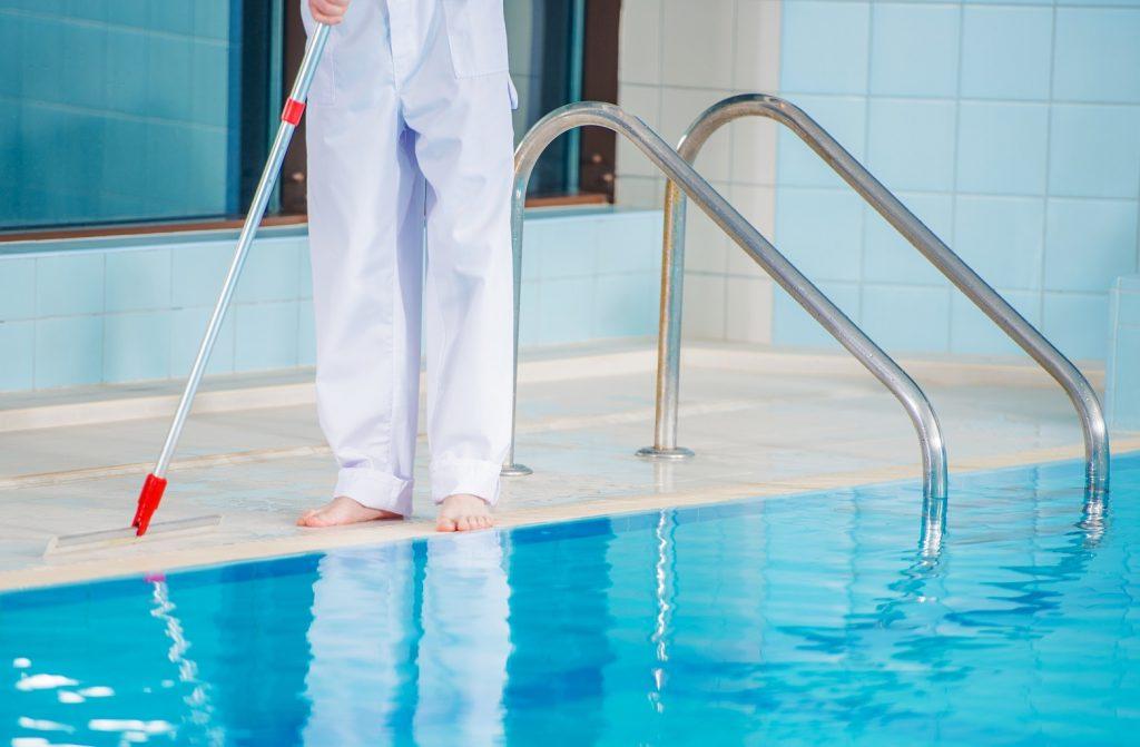 tecnico de limpieza de piscinas